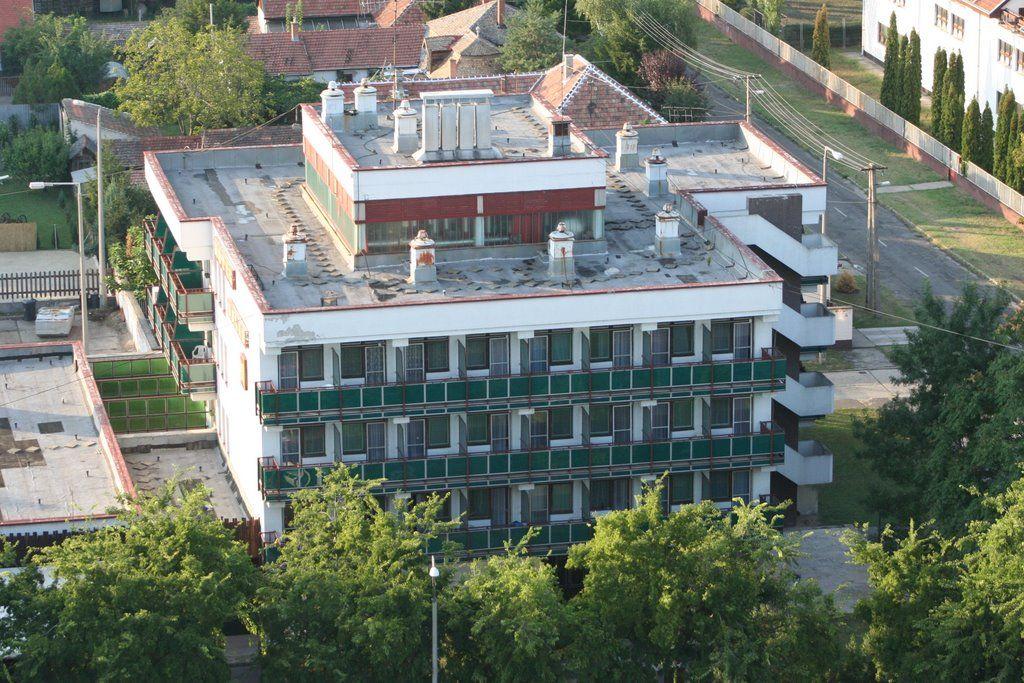 A valamikori Halas Hotel, melynek alsó szintjén béreltük első kis üzlethelységünket