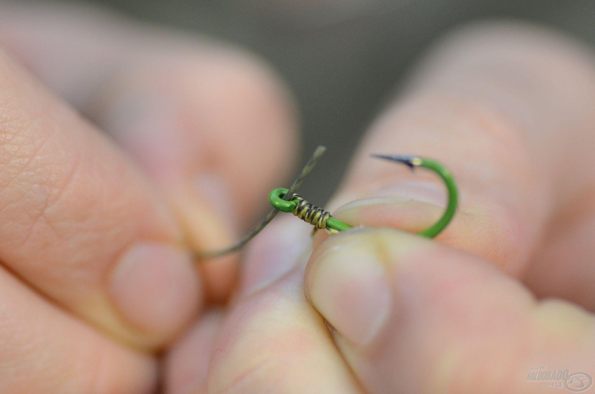 A horgot sima, egyszerű csomó nélküli kötéssel rögzítjük, amit ugyanúgy, hátulról előre fele fejezünk be