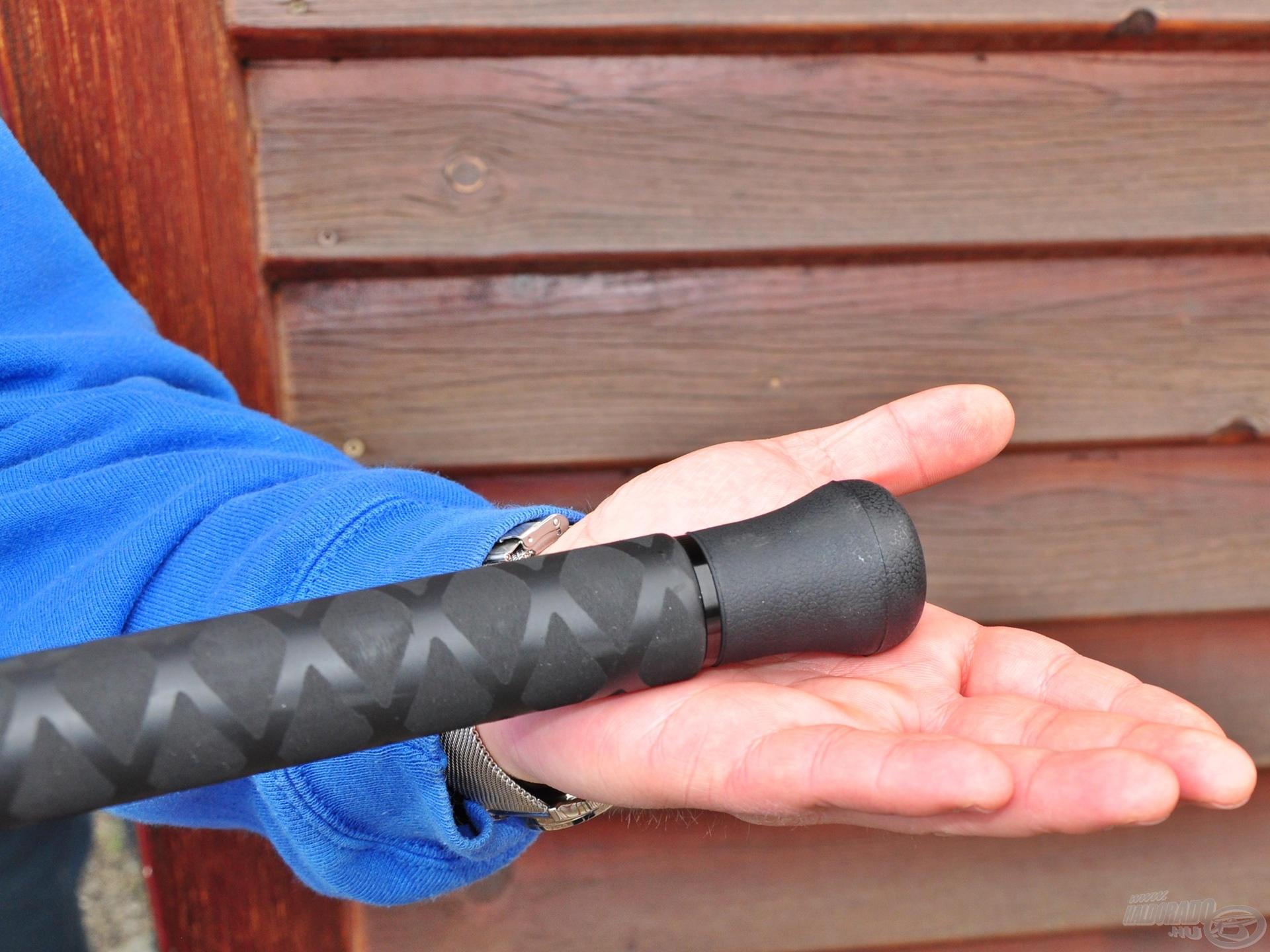Nagyméretű gumi végdugója a fárasztás közben bekövetkező esetleges sérülésektől óvja meg a horgász combját