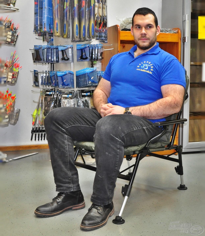 A Cruzade fotel pillekönnyű szerkezete ellenére 140 kg-ig terhelhető