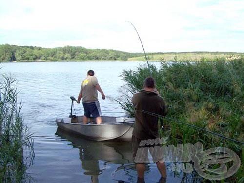 Köztük is tökéletes az összhang. Mindketten tudják a dolgukat. Most Gyuri kezeli a csónakot, Kisu pedig a fárasztásra összpontosít!