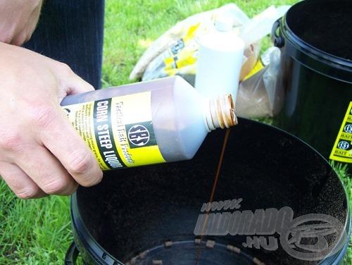 … majd öntsük le az 5 kg-os vödörben található Corn Steep (kukoricacsíra) likőrrel. Arányosan használjuk. Az 500 ml CSL likőr az 5 kg pellethez való optimális mennyiség. Keverjük el, hogy mindenütt egyenletesen szívódjon a pelletbe a folyadék