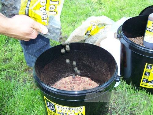 Majd végül adjuk hozzá a High Oil Halibut 8 mm pelletet (magas olajtartalmú pellet) és egy doboznyi kukoricát