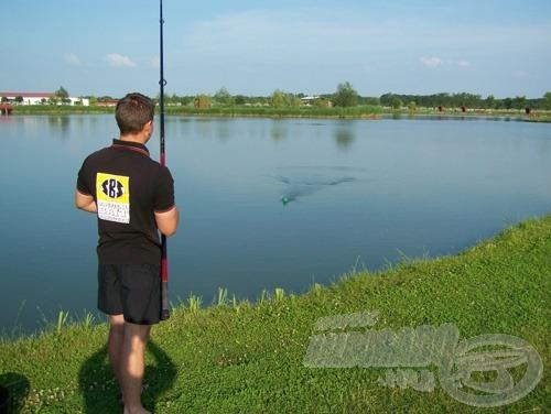 Optimális esetben a dobás elejénél kirepül a gombóc a parittyából, és a parittya néhány méterre előttünk a vízbe csapódik. Tekerjük ki a parittyát: a vízből történő kihúzása során nem szabad ellenállásba ütköznie