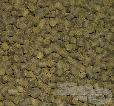 A Green Betain pellet oldódása közben erős zöld felhőt képez maga körül, így nem csak az illatával vonzza és tartja az etetésen a halakat