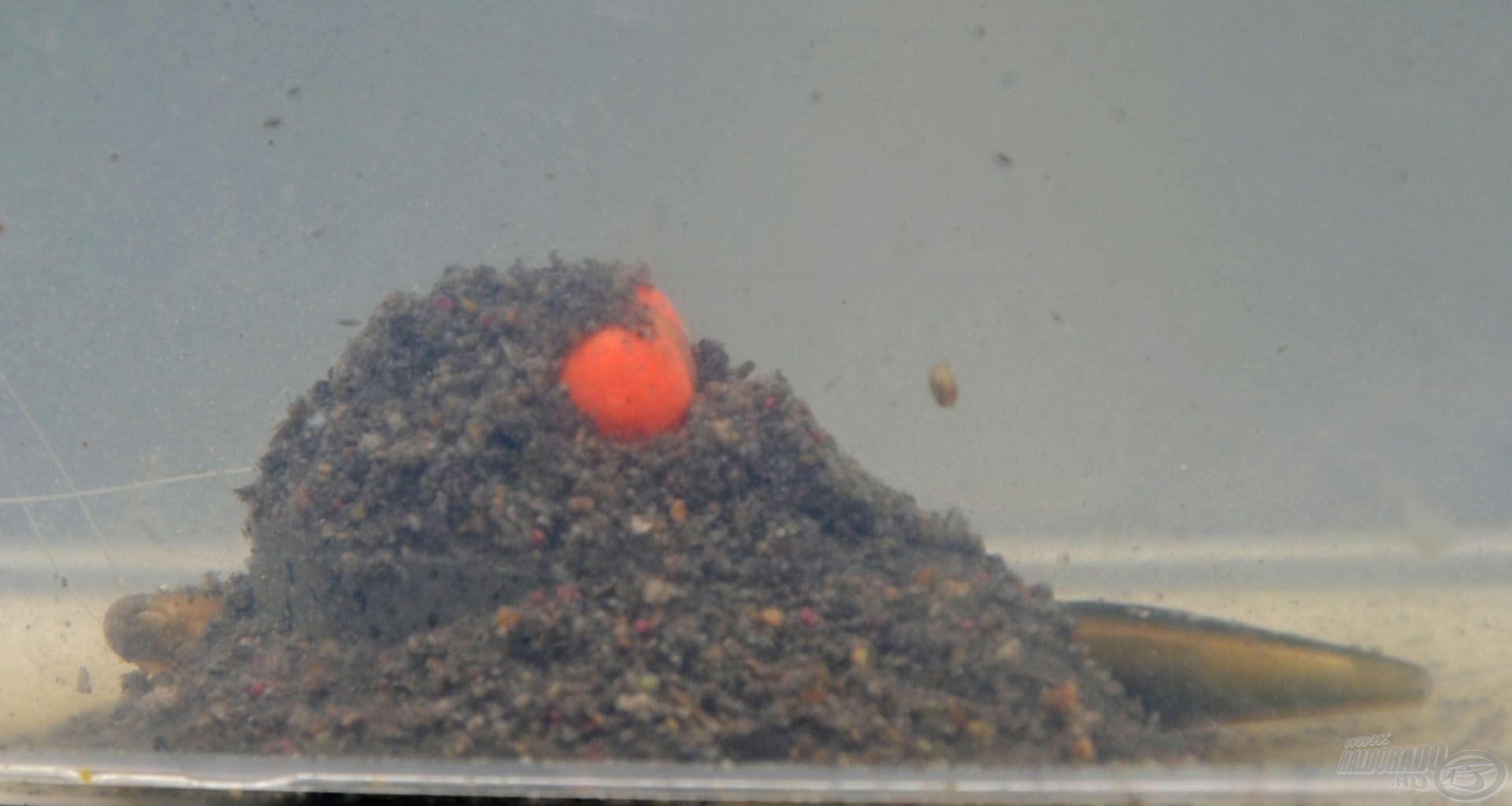 A Dura Banjo Feedert (peremezett, félig zárt method kosarat) közepesen mély vízben, akár 3 méterig is használhatod, mert a peremek megóvják az etetőanyagot, nem csapódik ki vízközt, lejut a mederfenékre