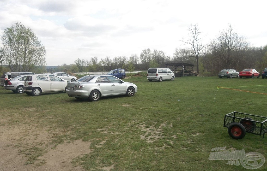 Nagy parkoló és sok kiskocsi várta a lelkes horgászokat és pihenni vágyókat