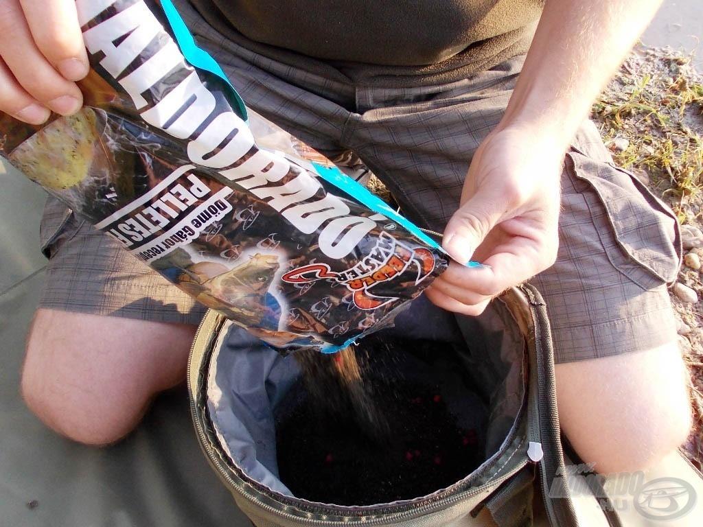 1 kg Pelletes Fekete etetőanyag