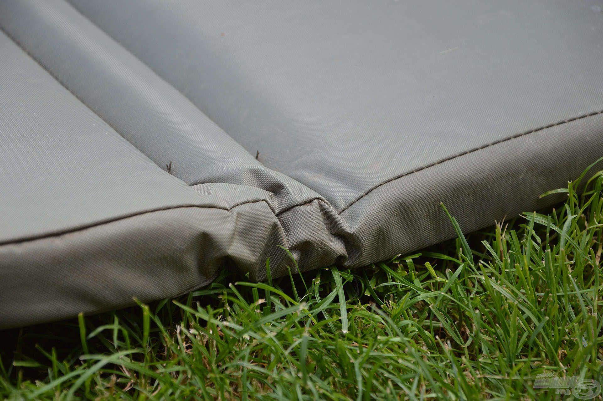 A matrac központi eleme a párnázott alsó rész, ami 5 cm vastag és strapabíró, vízálló bevonatot kapott