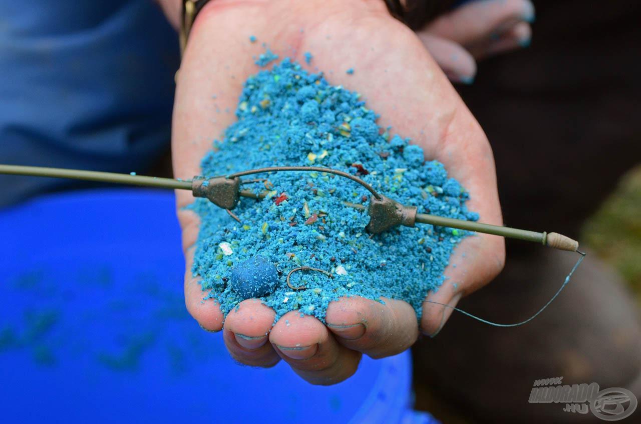 A Stick Mix segítségével bármilyen etetőanyag beltartalma remekül gazdagítható, ezért mi is az íz-azonos Kék Fúziót kevertük etetőanyaginkba