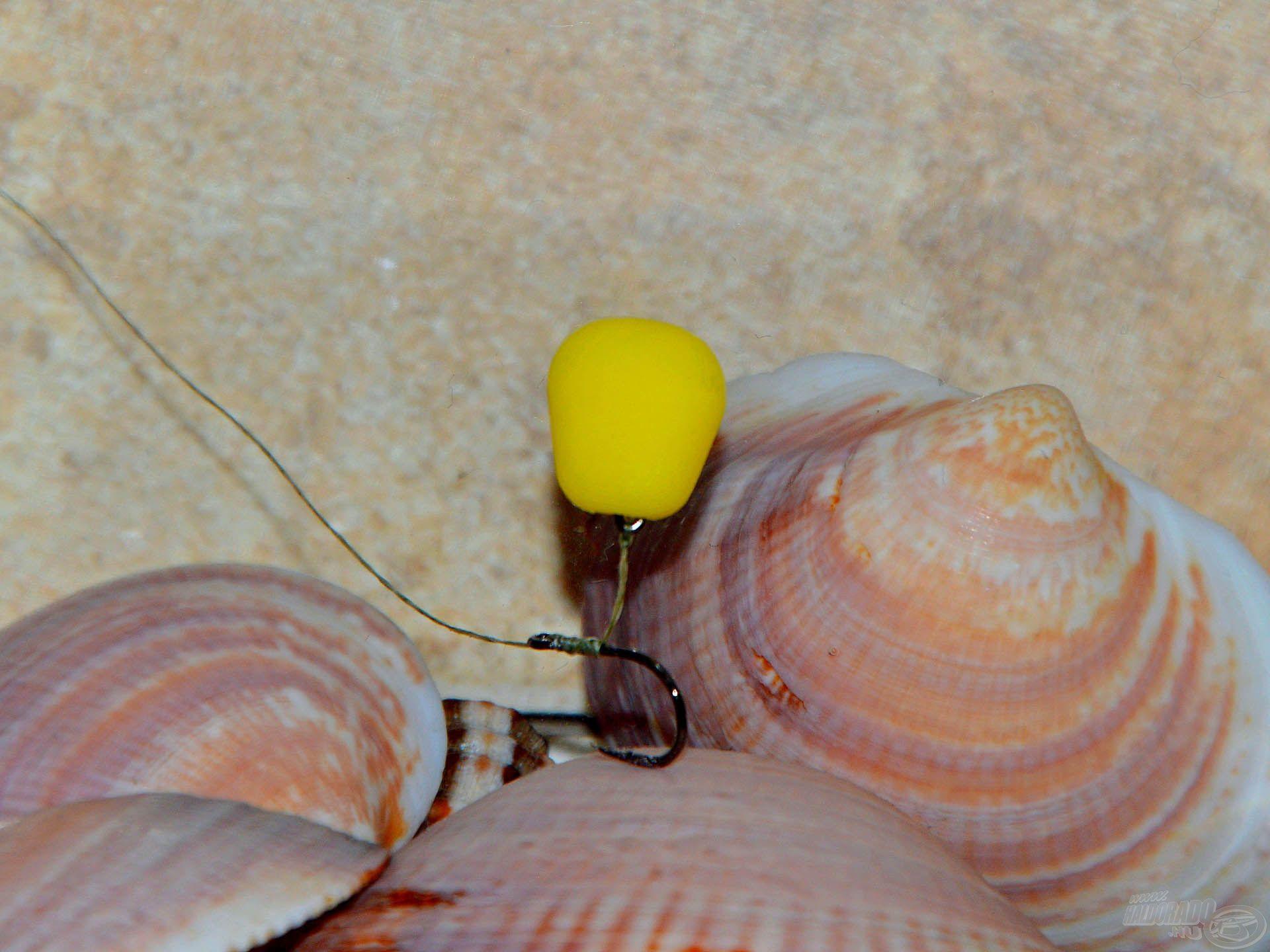 A 10-es méretű, klasszikus formájú pontyozó horog és a 7 mm-es csalitüske épphogy lesúlyozza a SpéciCorn csalit