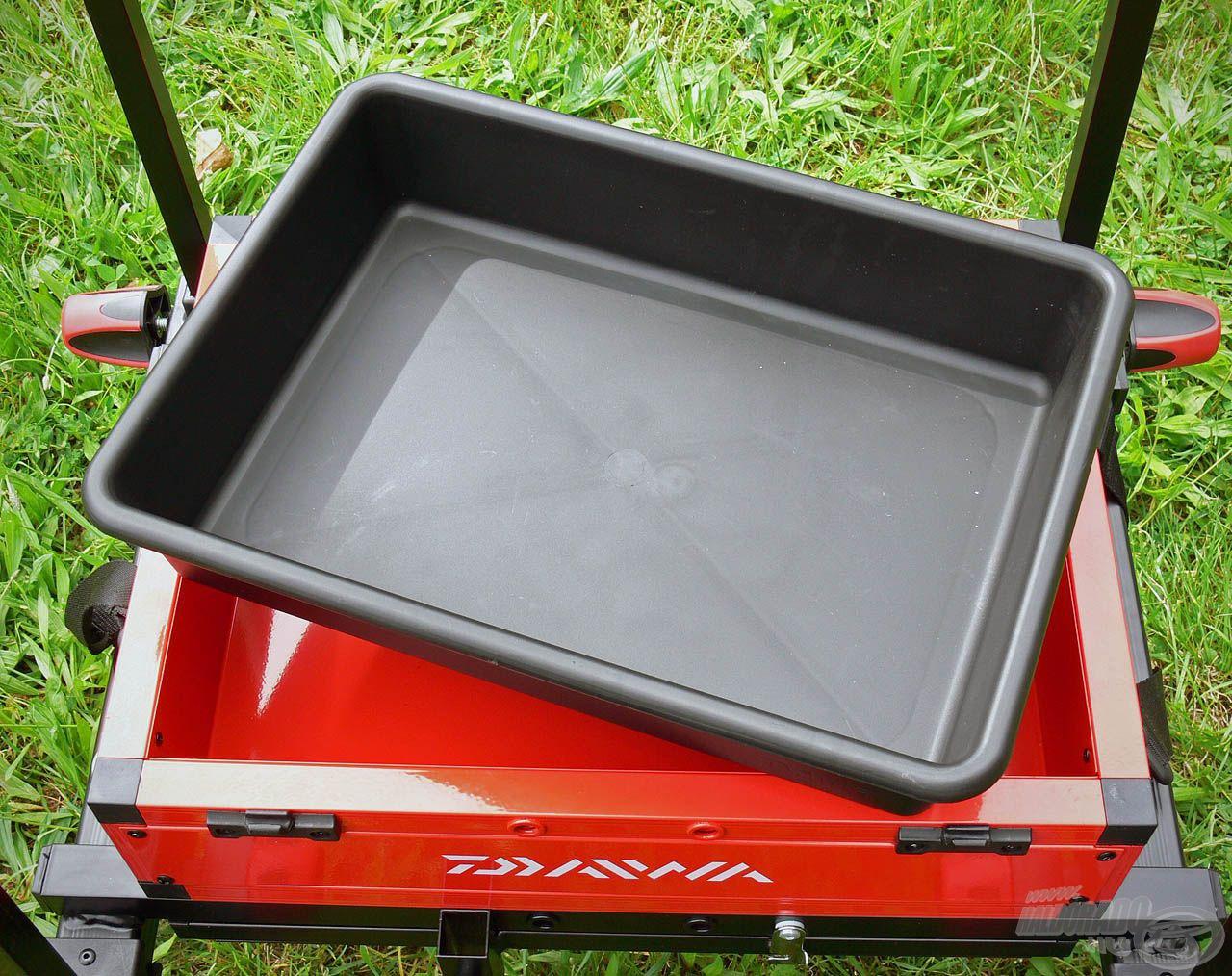 A láda alsó tároló rekeszében található egy fekete műanyag tálca, mely kivehető, így kiválóan használható etetőanyagos vagy csalis tálcaként, miközben a felszabaduló rekesze további helyet biztosít