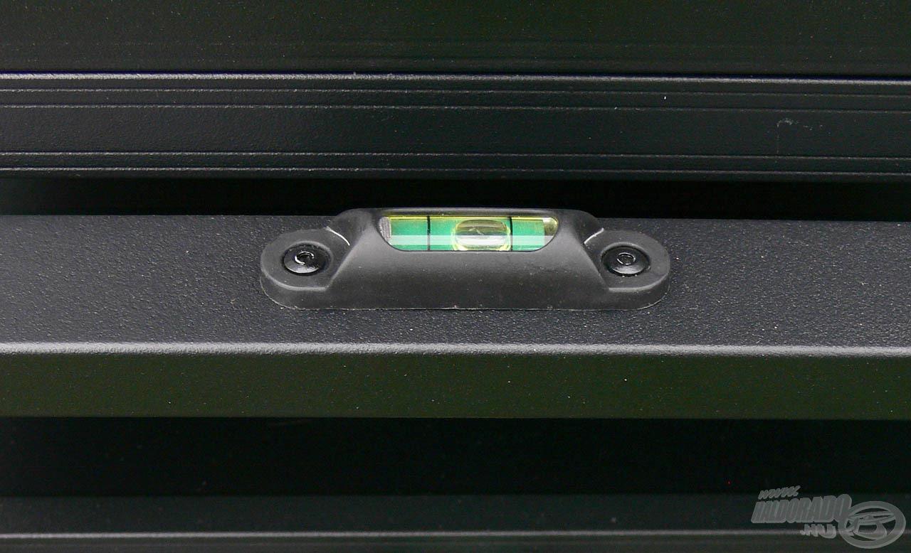 5 db mini vízmértéket is elhelyeztek a láda különböző részein, melyekkel még precízebben kalibrálható vízszintesre a versenyláda