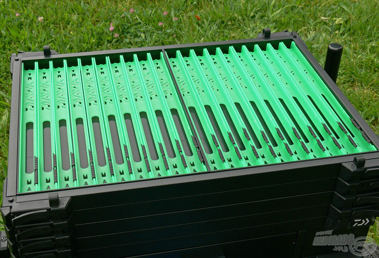 A gyártó figyelmességét tükrözi, hogy két fiókot előre feltöltött szereléktartó létrákkal, melyekből két méretben összesen 50 db található a ládában