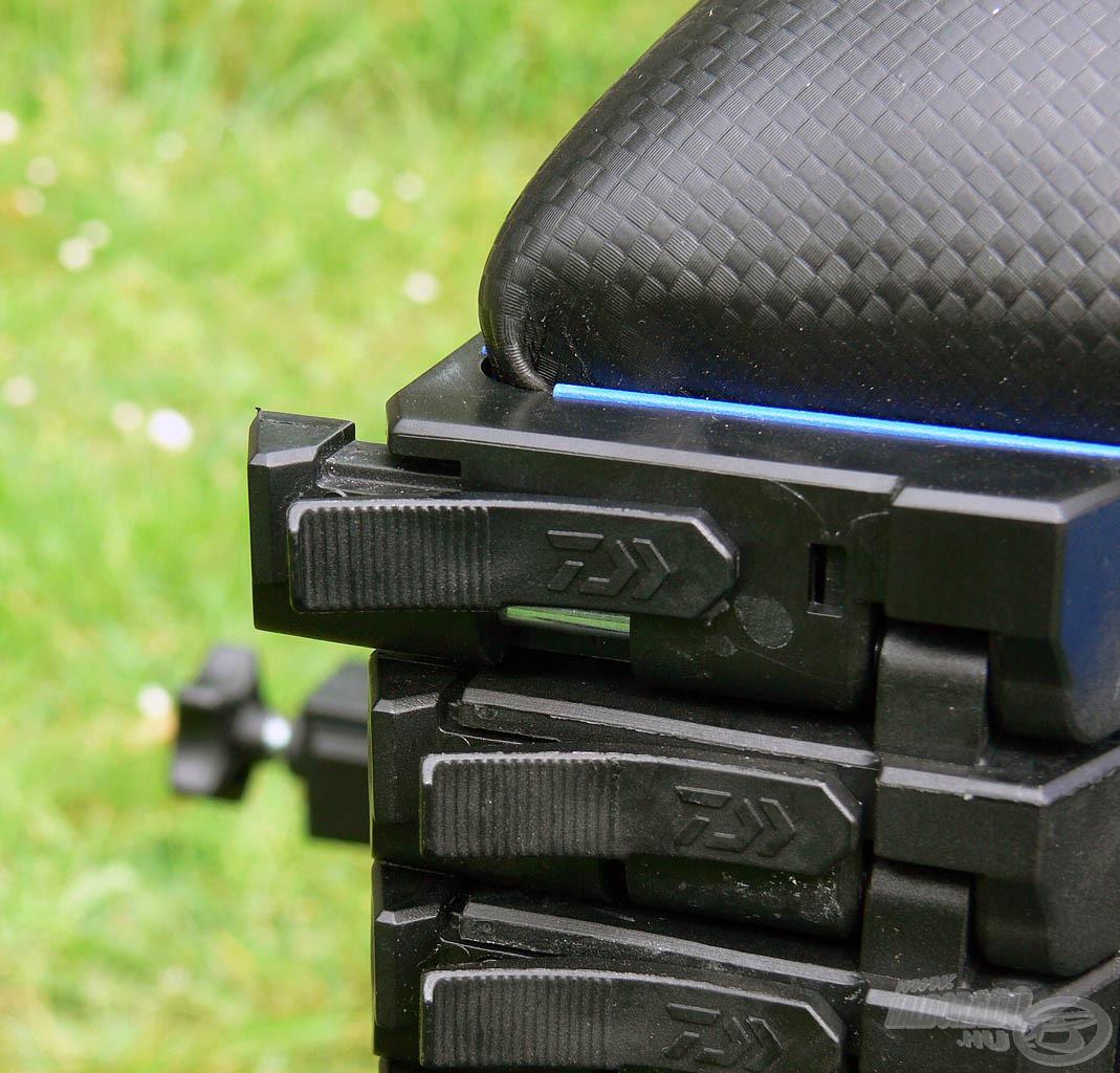 """A rekeszek """"One-Touch"""" zárrendszerrel nyithatók és zárhatók, mely rendkívül felgyorsítja és megkönnyíti a használatot"""