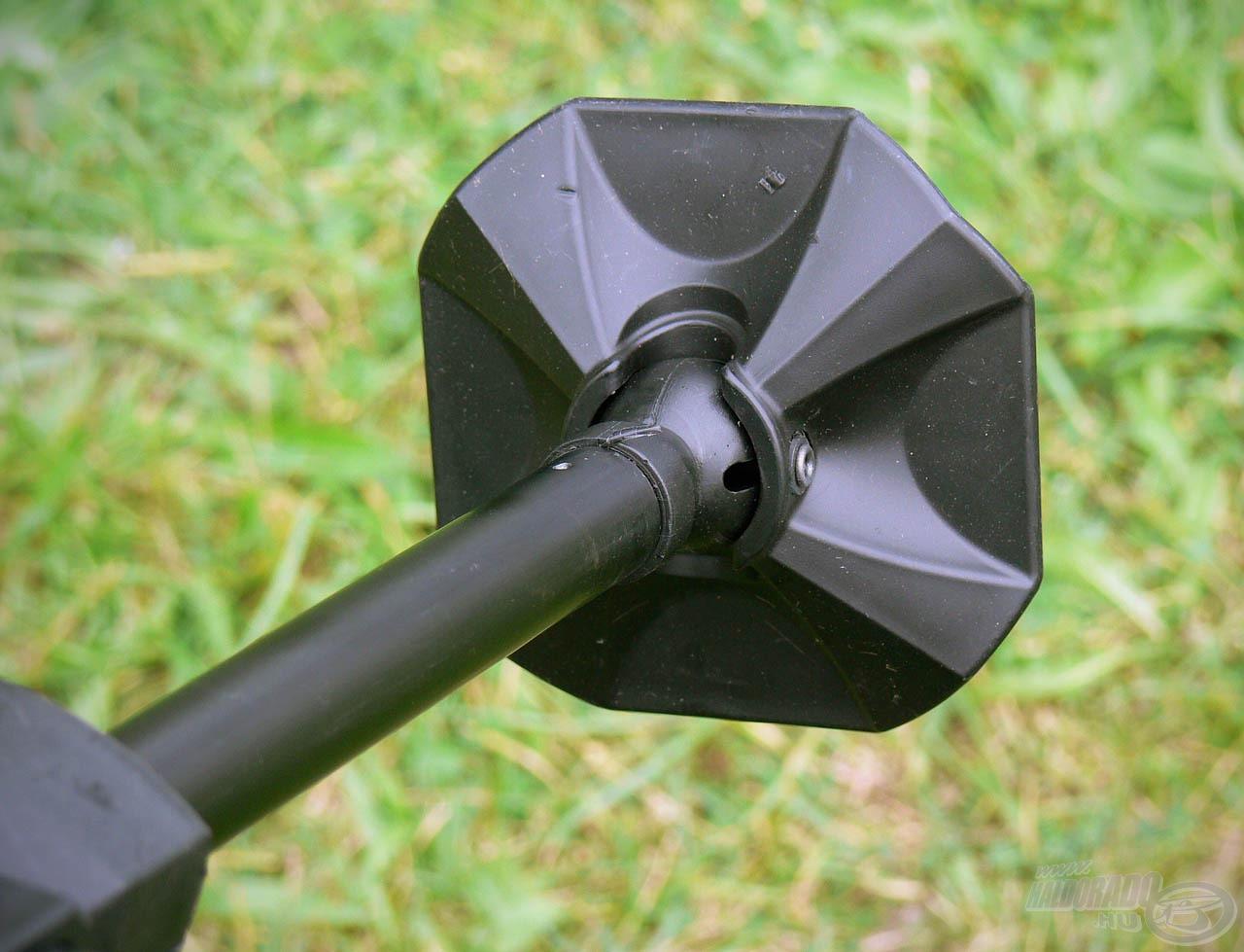 A 25 mm-es, kör keresztmetszetű, teleszkópos lábak végén extra nagy billenő talpak találhatók, melyek remekül alkalmazkodnak az egyeletlen talajhoz is és nem süppednek el akkor sem, ha laza szerkezetű az aljzat
