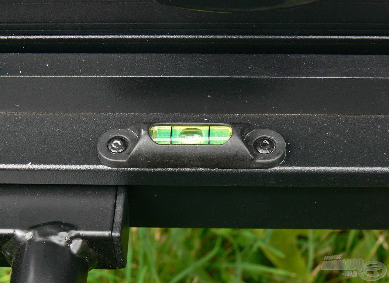 A precíz kalibrálhatóság érdekében ezen a ládán is helyet kaptak a vízmértékek, ezekből 2 db található a ládán
