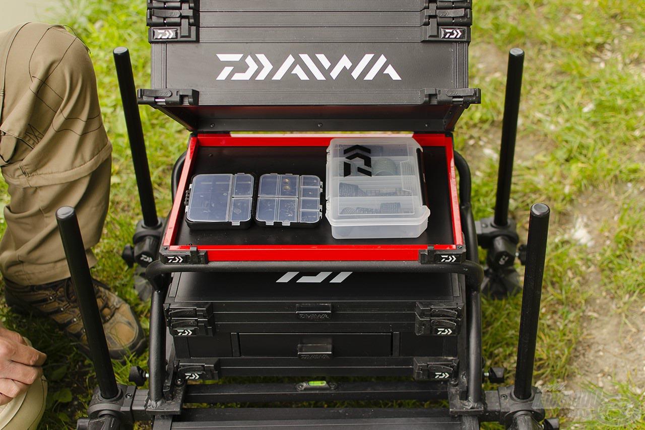 A fiókos modul segítségével növelhető a belső magasság, így abban akár kisebb dobozokat is elhelyezhetünk