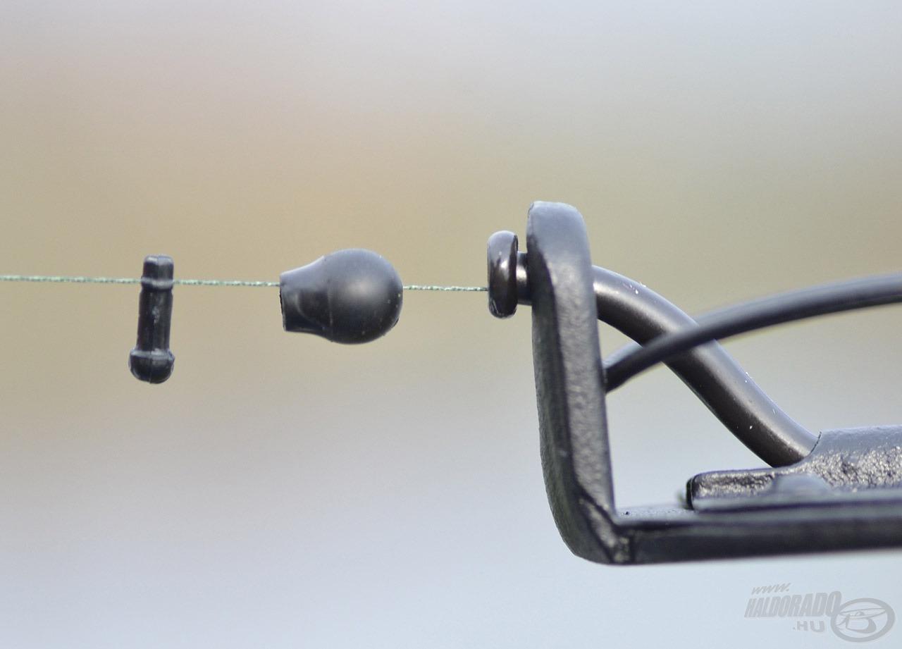 Szívesen használom a Korum gyorskapocs gyöngyöt, amely ütköző és előkerögzítő is egyben. Ez kettő darabból áll, a képen látható sorrendben kell felfűzni a zsinórra