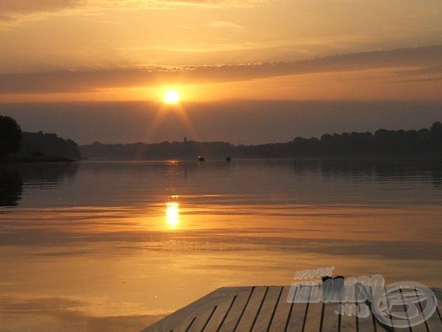 A reggel első fényei már a vízen találnak