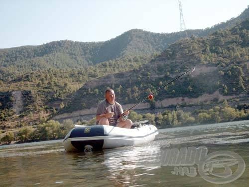 Az egyik legeredményesebb harcsázó módszer az Ebrón, a csónakból történő úsztatás