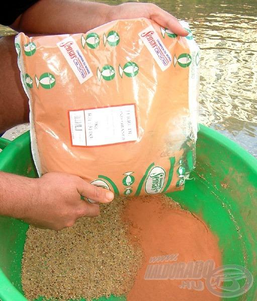 A megnedvesített kész etetőanyaghoz a horgászat előtt 2 kg Sensas Terre De Fond Orange agyagot kevert