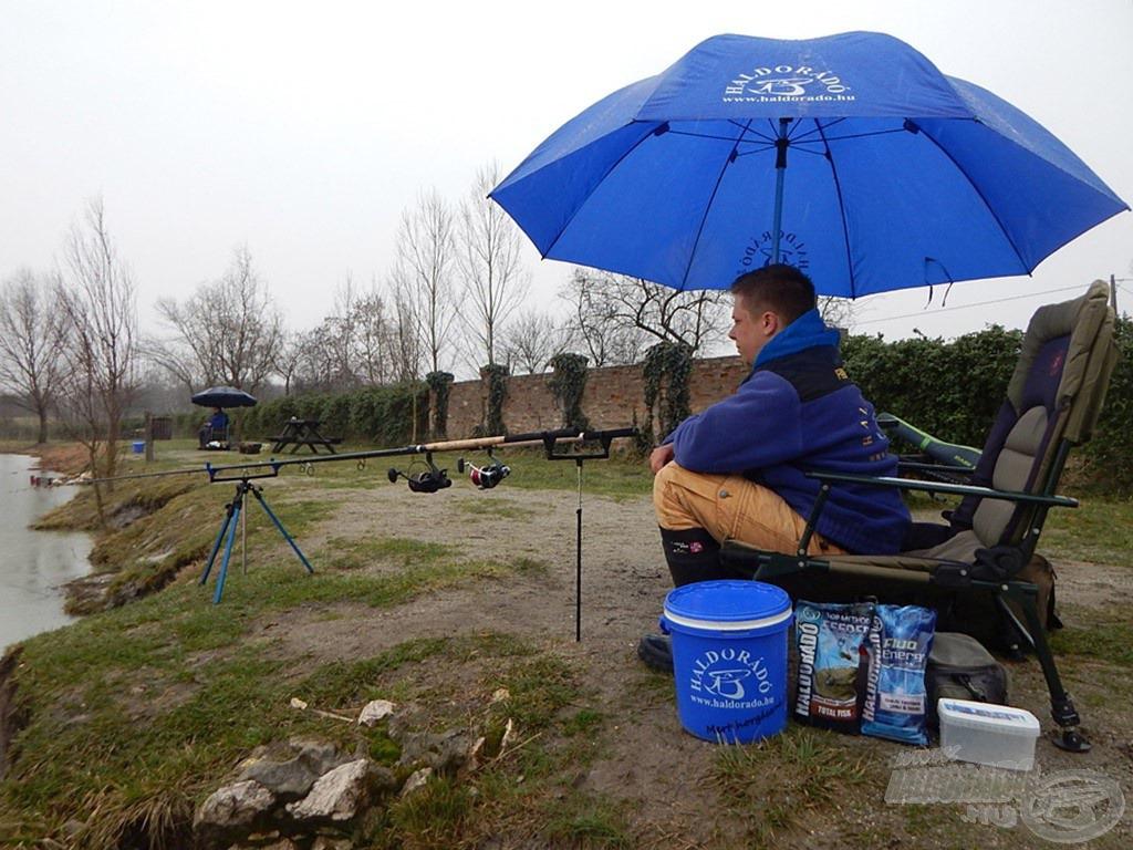 Ilyenkor (is) jó szolgálatot tesz egy masszív horgászernyő. Esőben vártam a nap első kapására