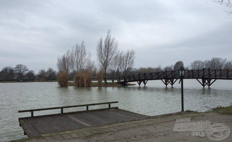 Hangulatos hídon juthatunk el a tó egyik legjobb helyeit nyújtó szigetre, továbbá fa stégek is várják a horgászokat
