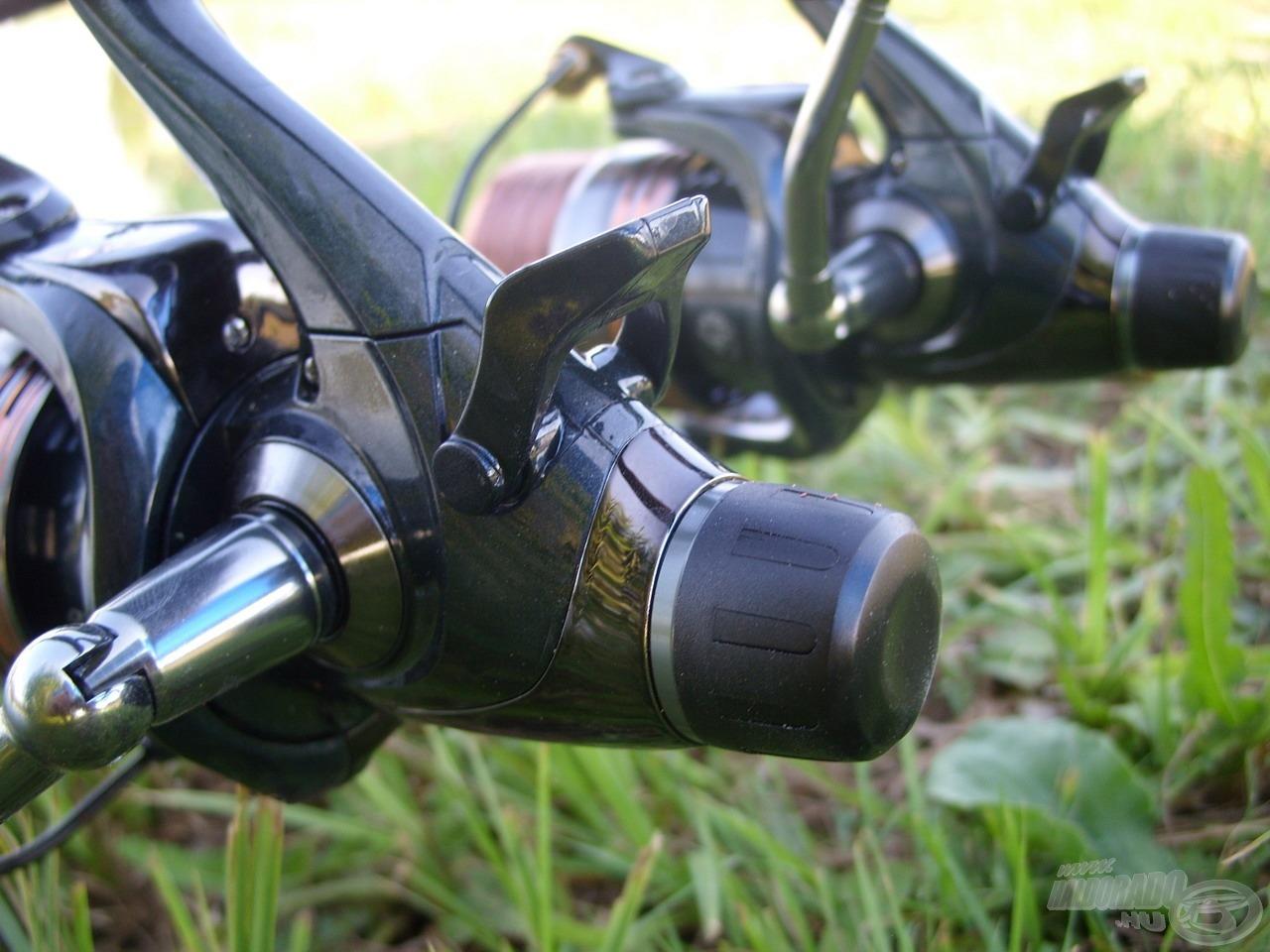 Két bottal horgászva kényelmes megoldást nyújt az orsók precíz nyeletőfék-rendszere