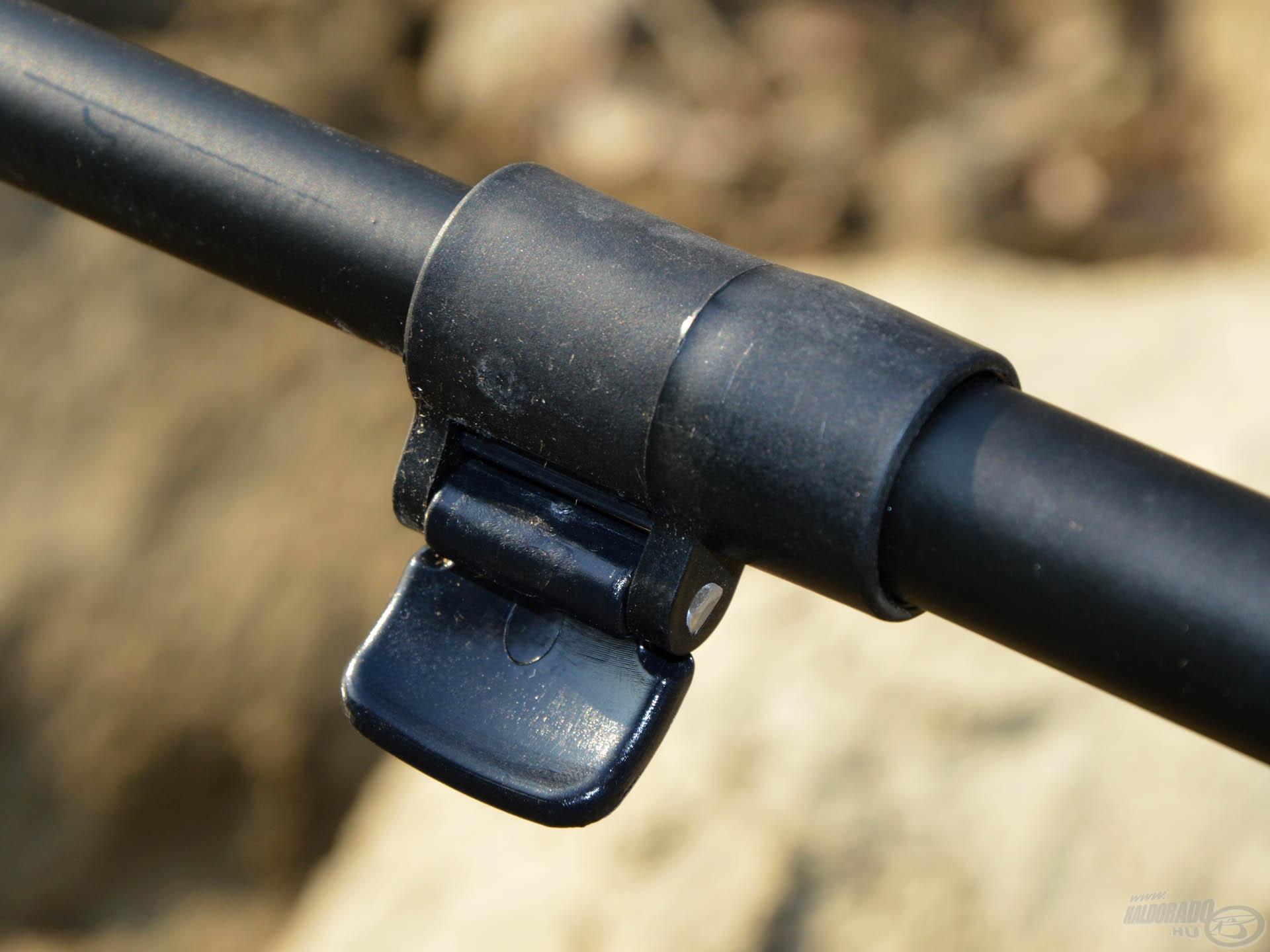 A feeder kar teleszkóposan nyitható, így akár a hosszabb botok is stabilan letehetőek rá