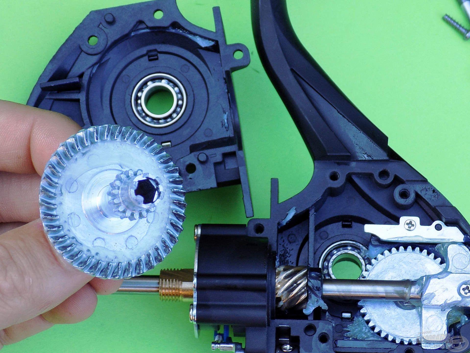 A dobemelő rendszer lényege egy képbe sűrítve: a 41 mm átmérőjű tányérkerék, annak oldalain elhelyezett csapágyak…