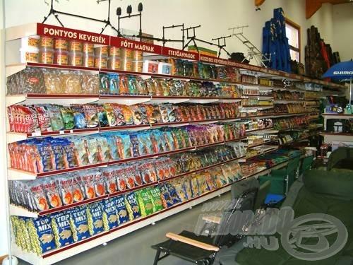 Ez a kép fogad, amikor belépünk a boltba. Súlyos mázsákban mérhető a különféle etetőanyagok súlya, amely a polcokon roskadozik