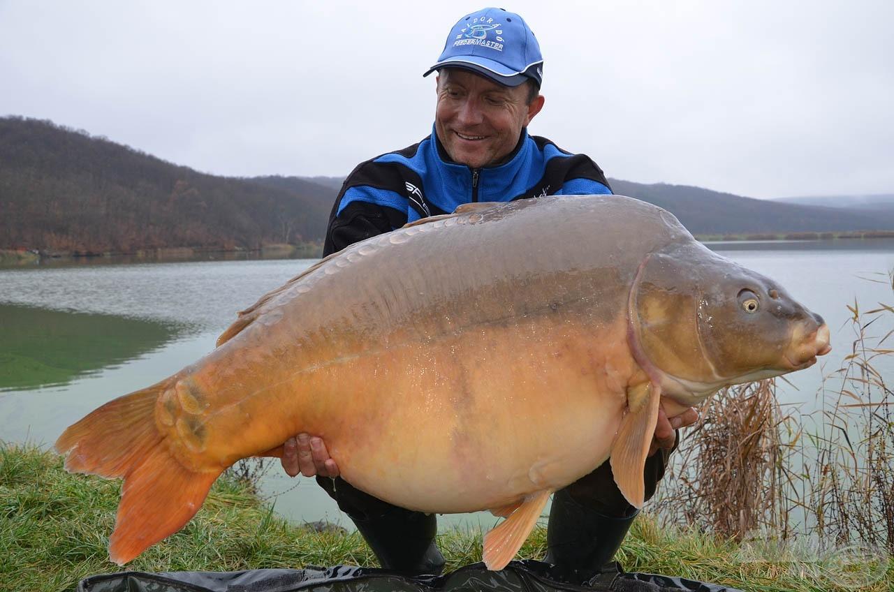 A Harsányi-tó egyik büszkesége ez a 28,66 kg-os tükörponty