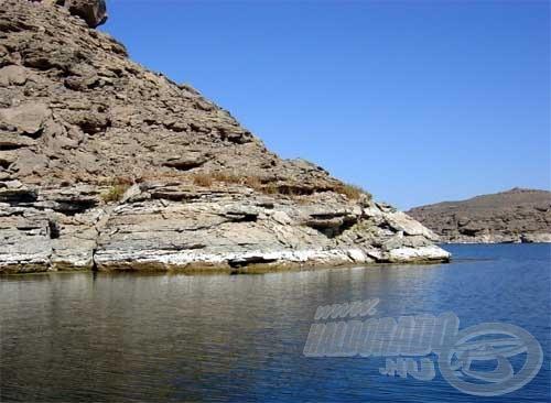 A meredek sziklák nagyon megnehezítik a parti horgászatot