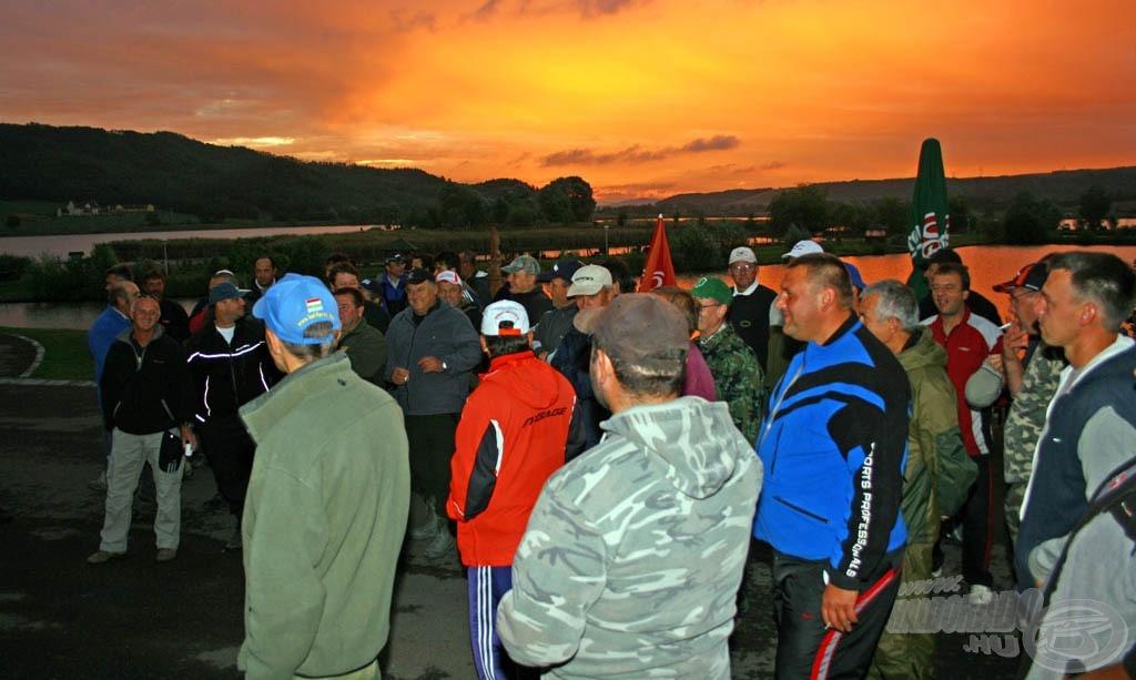 Kora reggel indult a regisztráció és a megnyitó. A napfelkelte közben még reménykedtek a horgászok a jó időben…