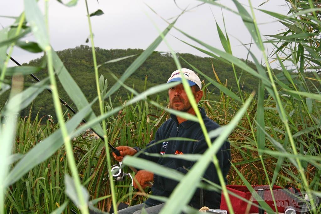 Erdei Attila a sziget bal sarkába (szélső helyre) sorsolt, ahol az alacsony vízállás miatt, valamint a helyzethez képest a lehető legkényelmesebb horgászat érdekében a nádfal tövéhez kellett ülnie
