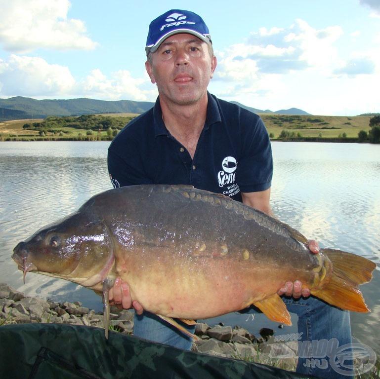 A versenyen fogott legnagyobb hal Érsek József nevéhez fűződik. A ponty pontos tömege: 14.920 gramm! Lám, mekkora halakat is ki lehet fogni feederbottal…