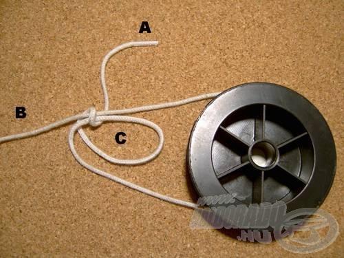 Az (A) véget vegyük át a (C) hurkon úgy, hogy -az ábra szerint- közrefogja a (B) szálat is