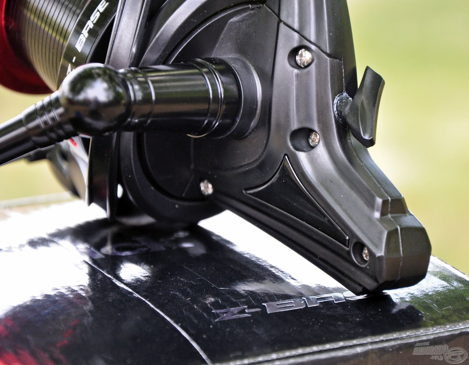 Matt-selyemfényű fekete orsótest, ami kifejezetten karcsú, hosszított formatervezésű