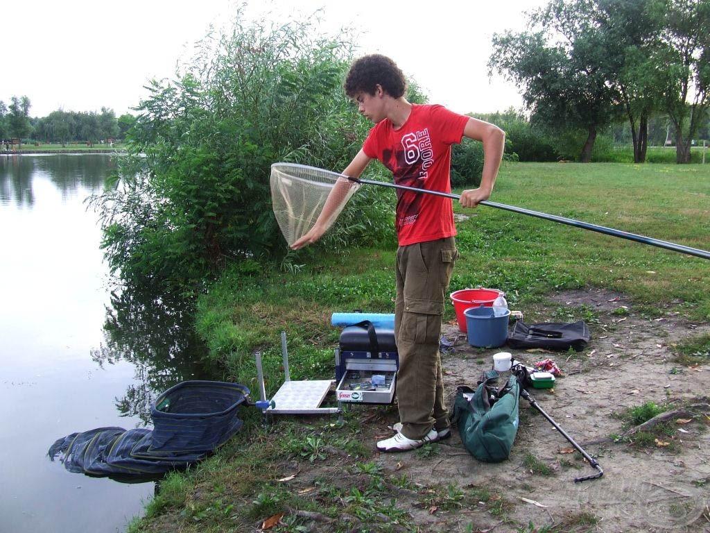 Legyen kéznél minden, hogy a hal fárasztása közben se legyen gond, például előkészíteni a merítőnket