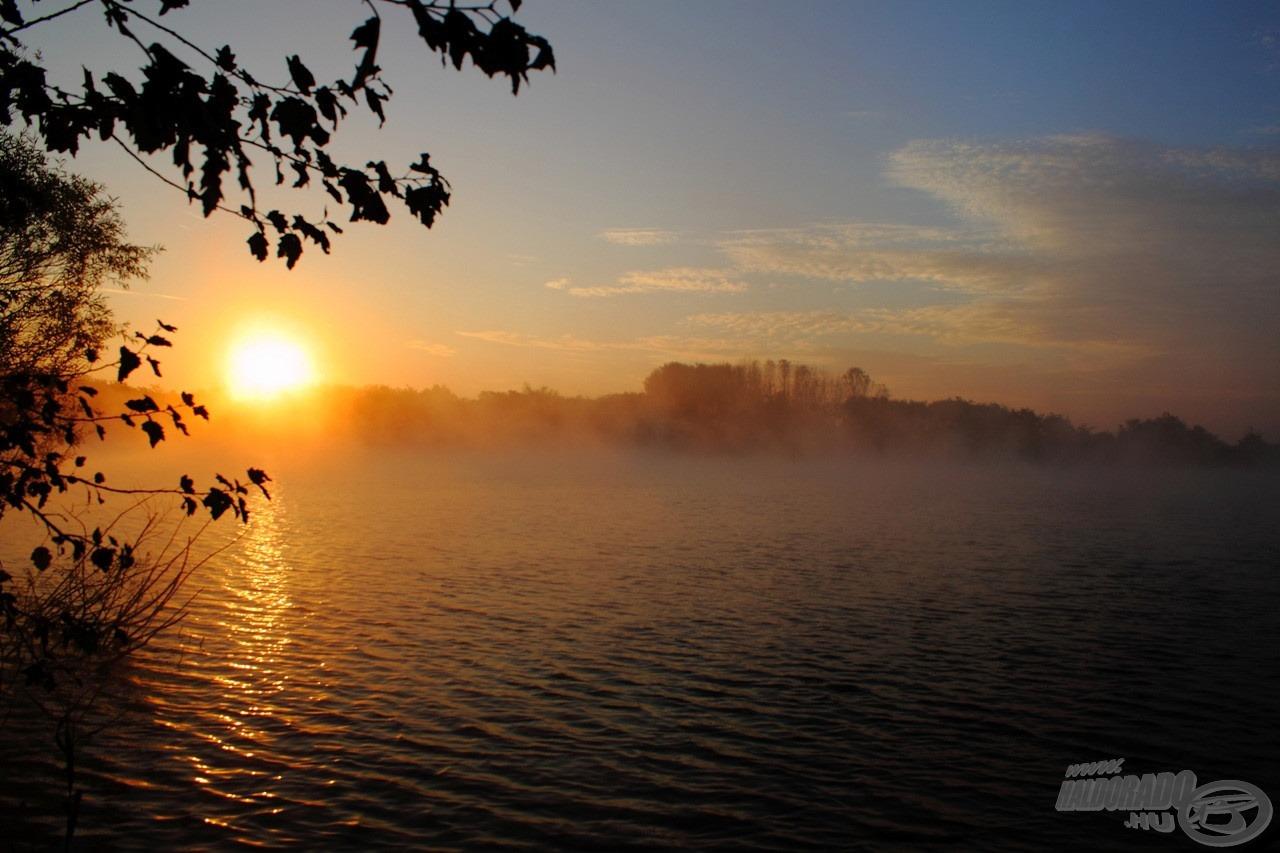 Gyönyörű késő őszi pirkadat