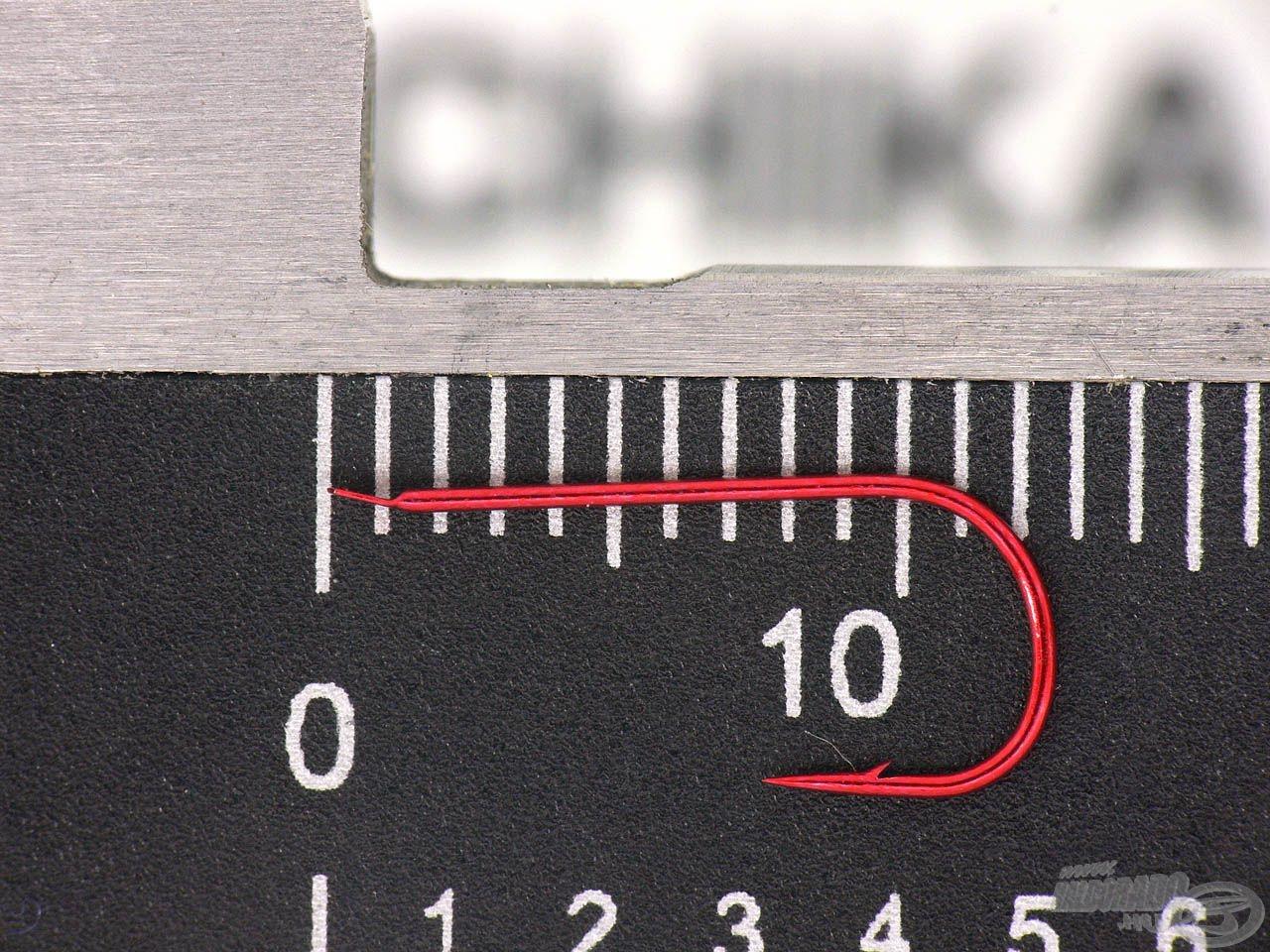 E típusnak az öbléhez képest nagyon hosszú szára van, így sokkal gyorsabb vele a csalizás, hiszen egyszerűbben meg lehet fogni még kis méretben is