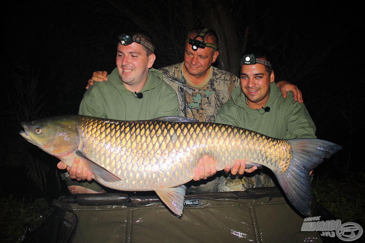 Haskó Tamás és Kerekes Ernő is mindent megtesz azért, hogy a Haldorádó nagyhalas csalijait méltóképp bemutassa