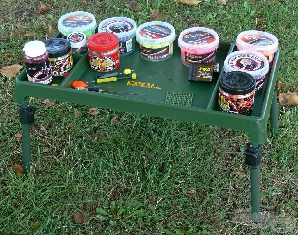 A szerelékes asztalka biztosítja, hogy minden szükséges kellék horgászat közben is kéznél legyen