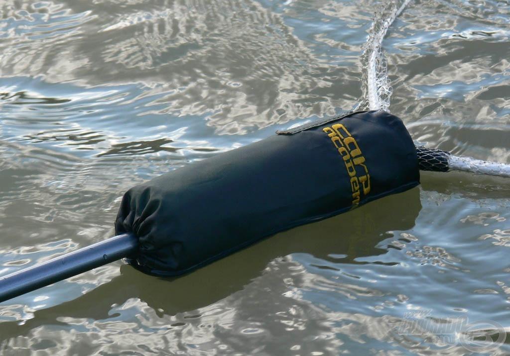 A merítőhálót fenntartja a vízen a lebegő szivacs, amely megkönnyíti a vízben álló horgász dolgát a szákolás során