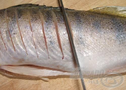 A halat kb. 1 centinként vagdaljuk be, és sózzuk meg