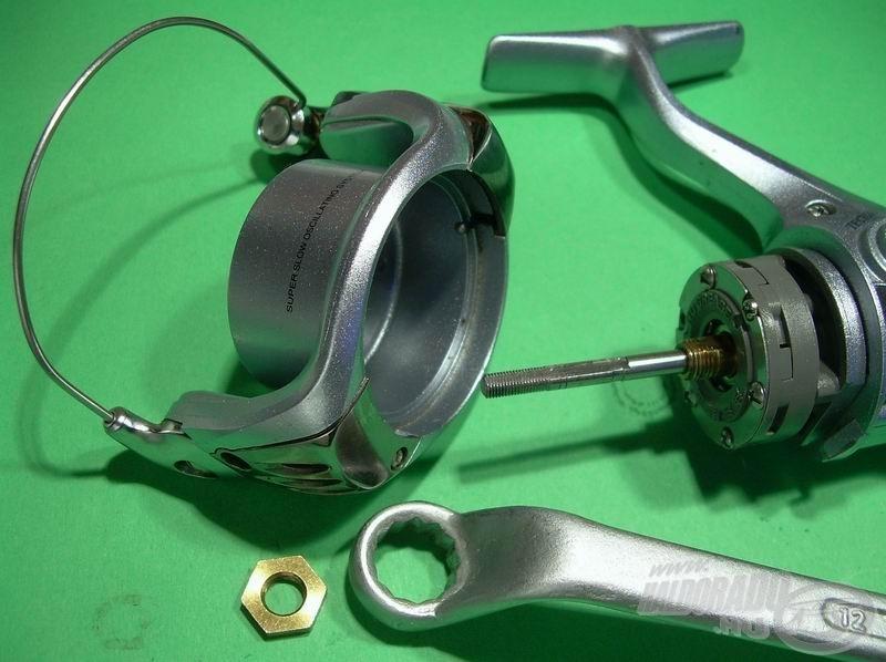 A rotor leszereléséhez a Shimanóknál szokásos 12-es kulcsot vesszük elő