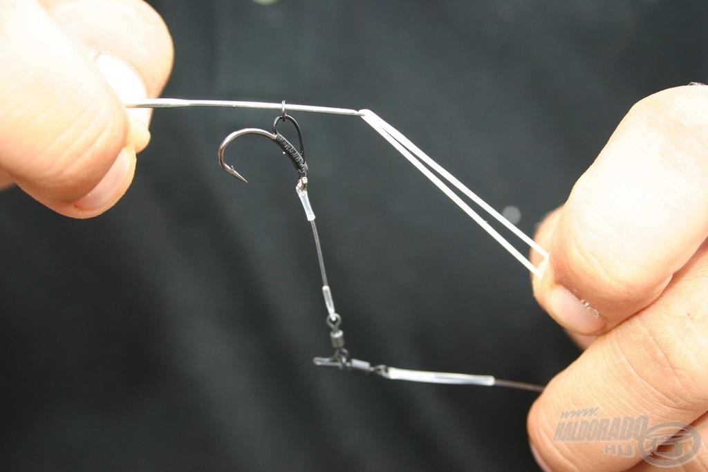 Fűzőtű segítségével húzzunk a D-rig fémkarikájába egy gumigyűrűt