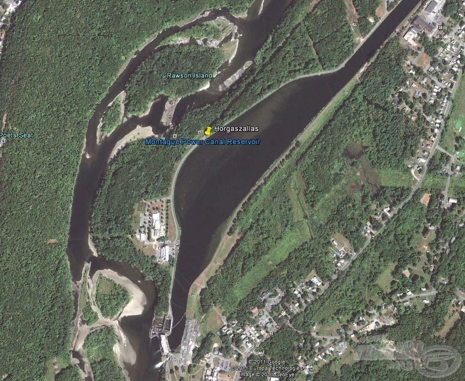 A horgászhelyünk felülről. Jól látszódik, hogy a kiszélesedő csatorna mellett párhuzamosan halad a folyó főága