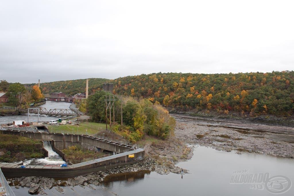 Horgászhelyünk felett 2 kilométerre a meder kétfelé vált, a folyó egy része a főmederben (itt volt most a kevesebb víz)…